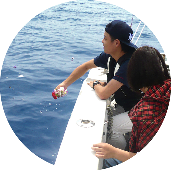 海洋葬貸切プランで流れの献花、献酒、献水