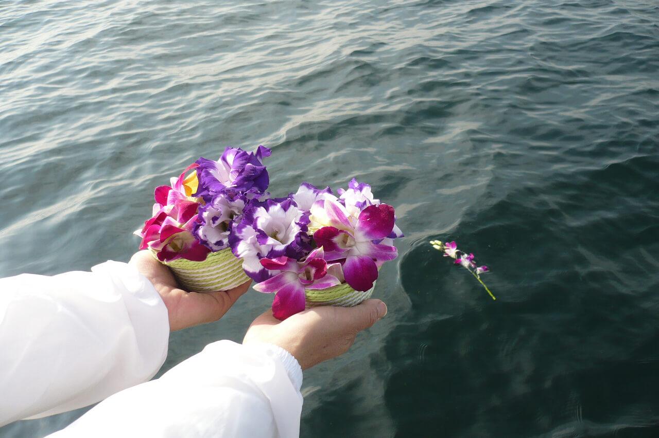 福岡(能古島)沖での散骨の献花