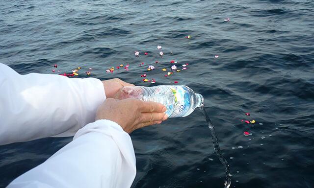 福岡(能古島)沖での海洋散骨の献水