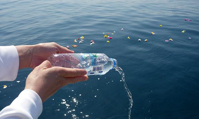 南紀白浜での海洋散骨の献水