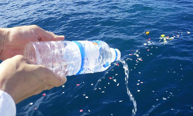 沖縄での海洋散骨の献水