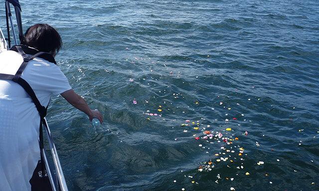 福井県若狭での海洋散骨の献花