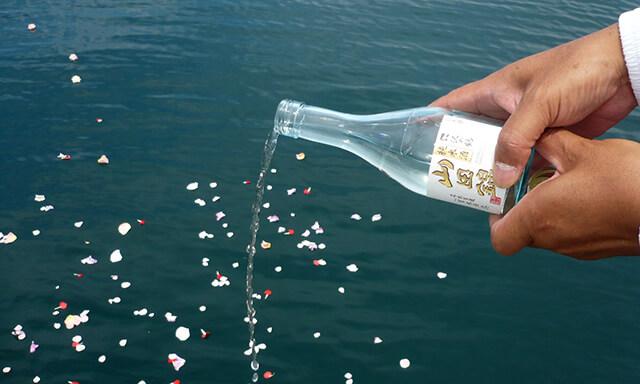 静岡県駿河湾での海洋散骨の献酒