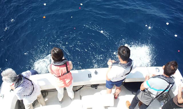 神奈川・湘南の海洋散骨業者の船上