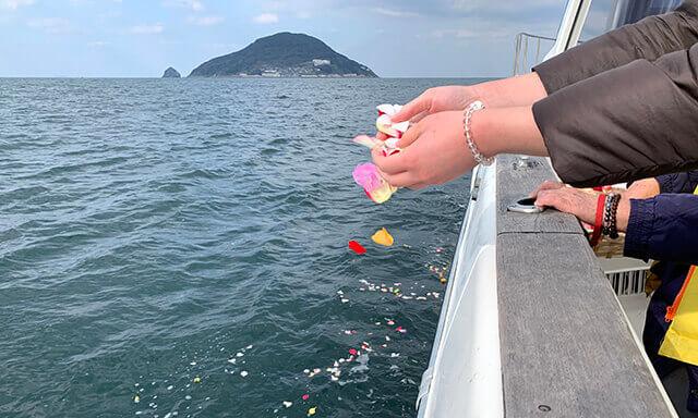 福岡の海洋散骨業者の献花