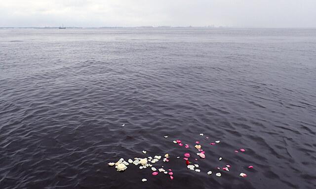 東京湾での散骨の水面に浮かぶ花