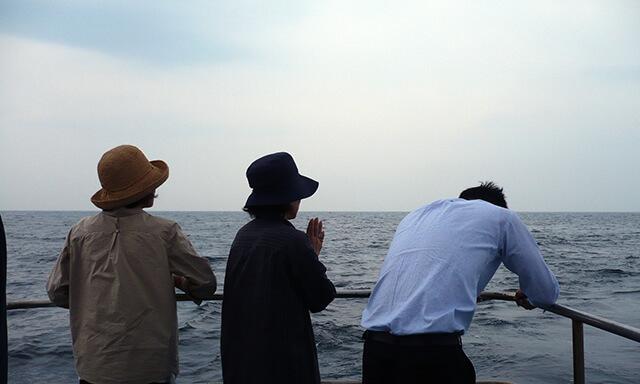 伊勢での海洋散骨後の黙祷