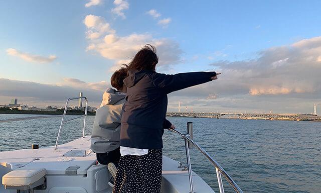 東京湾での海洋散骨の様子