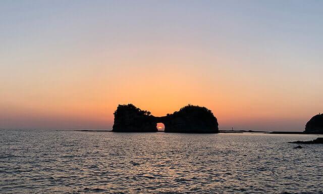 和歌山県南紀白浜にある円月島での海洋散骨